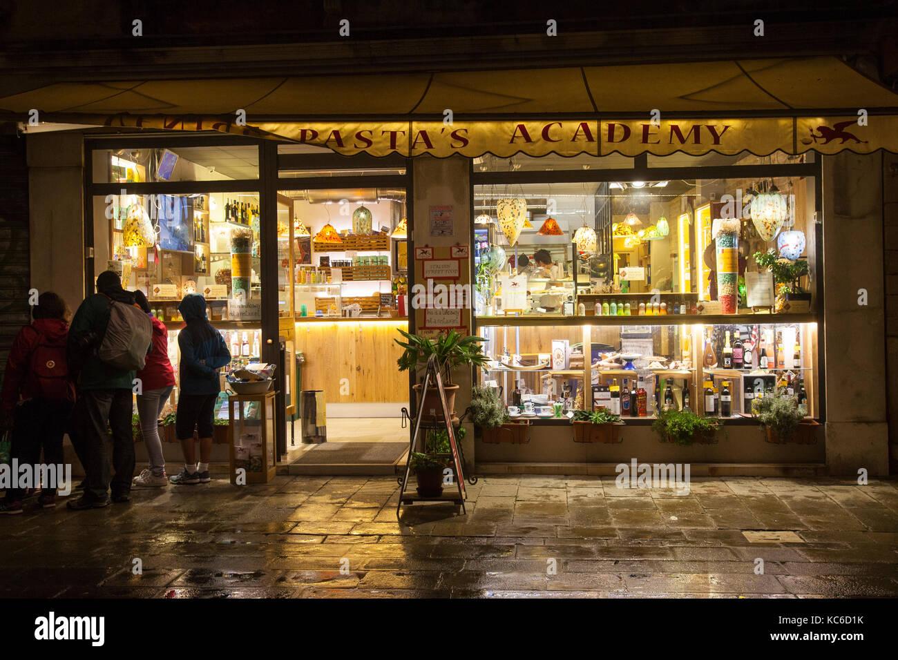 Beleuchtete Fenster der Akademie zum Mitnehmen der beliebten Venedigs Pasta in Rio Terra Foscarini, Cannaregio, Stockbild