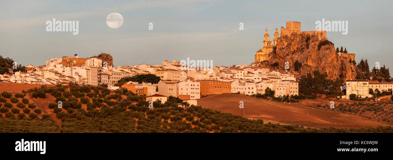 Spanien, Andalusien, Olvera, Panoramablick auf Stadtbild mit mondaufgang Stockbild