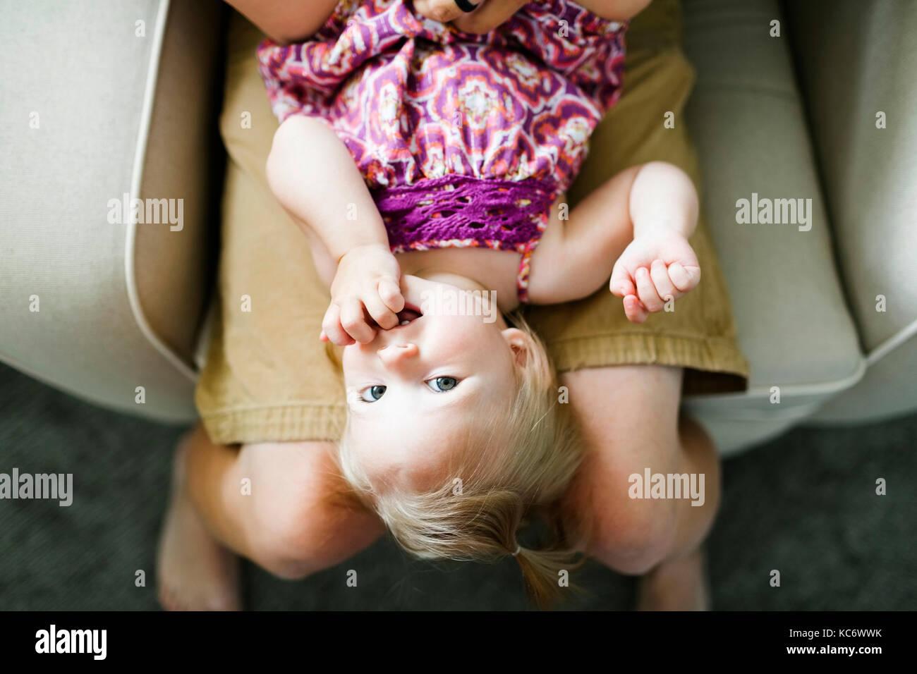 Vater spielen mit baby girl (12-17 Monate) Stockbild