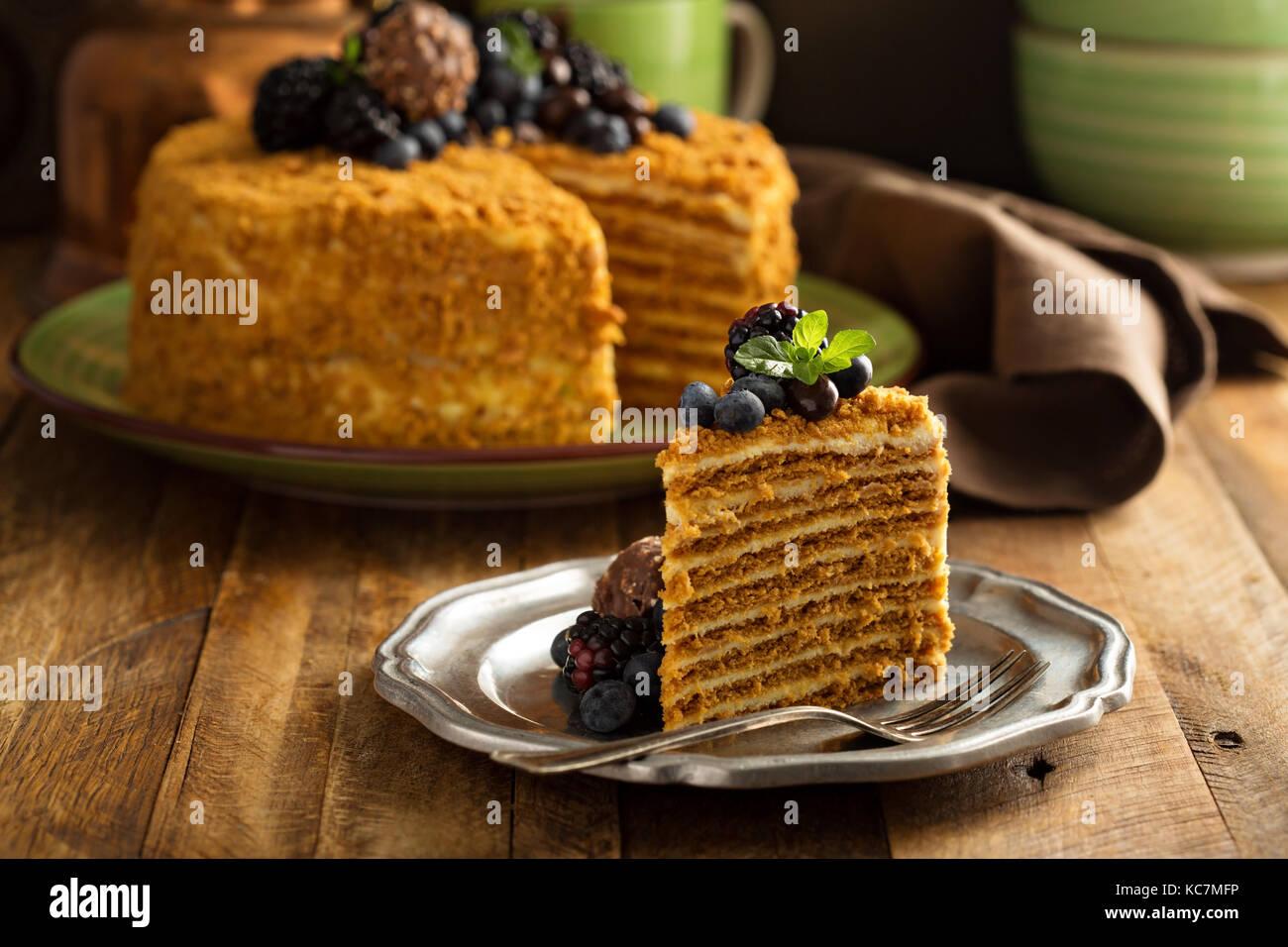Honig Geschichteten Kuchen Mit Sussigkeiten Und Beere Stockfoto Bild