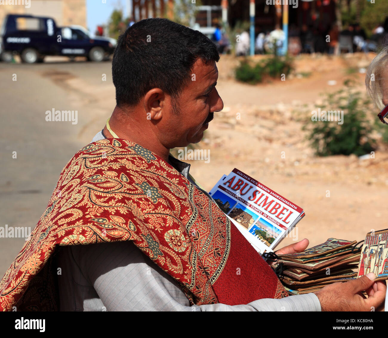 Junge Afrikaner sind Souvenirs im Tempel von Abu Simbel, Abu simbal, Oberägypten Stockbild