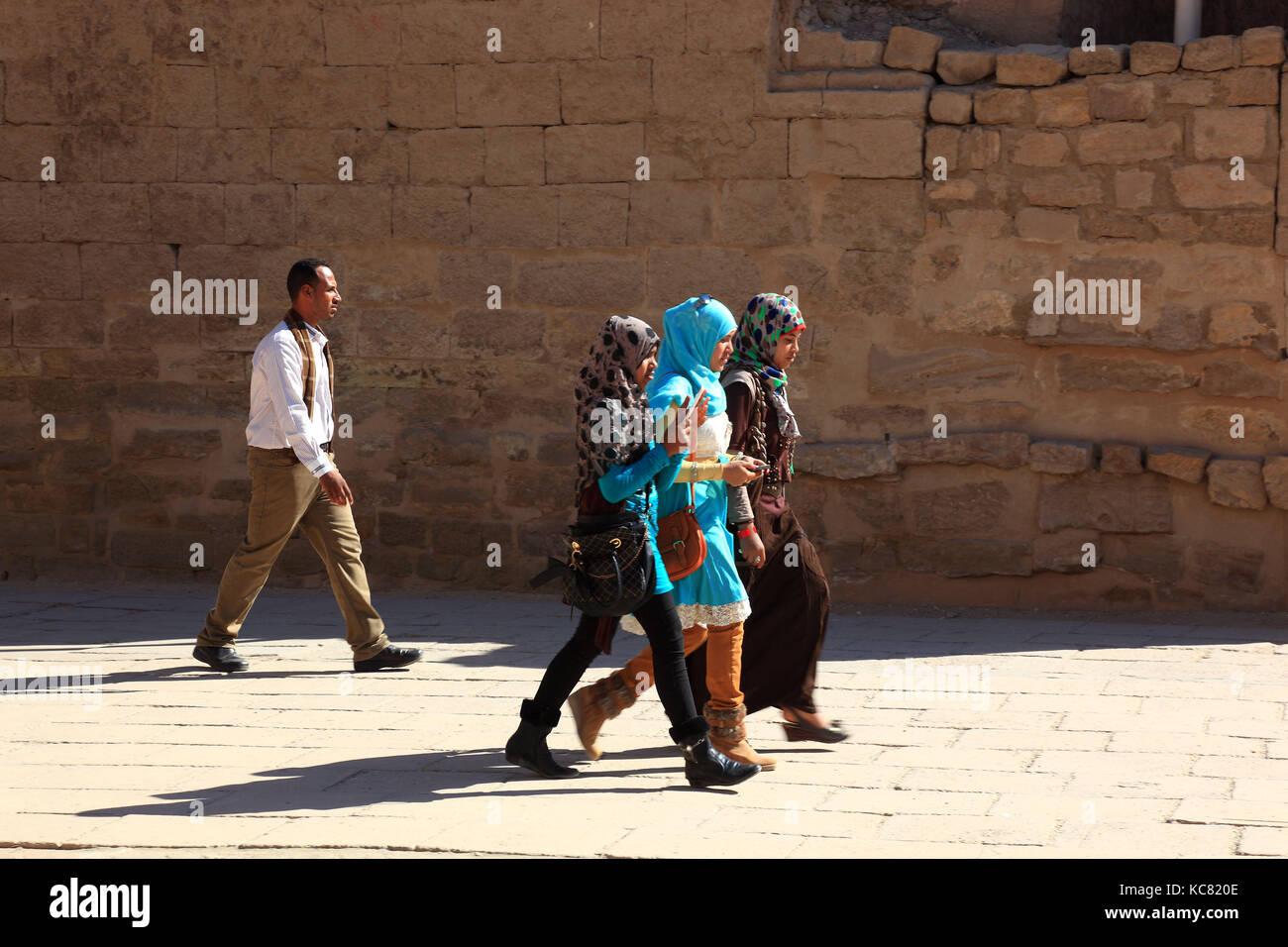 Tempel von Luxor, Touristen und Studenten im Tempel Komplex, Afrika, Oberägypten, Unesco Stockbild