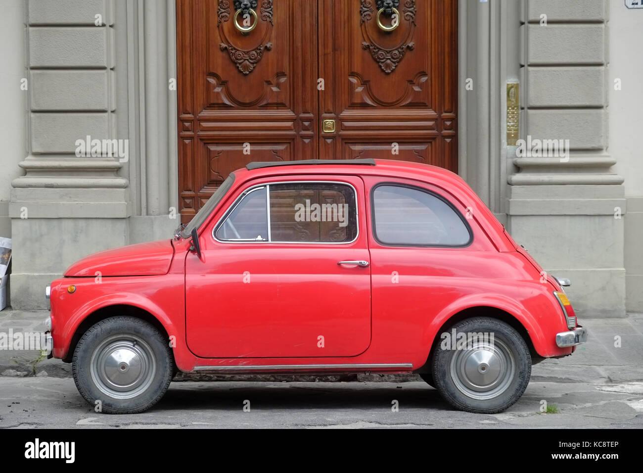 rot fiat 500 auf der stra e vor einem alten braun holz eingang geparkt classic vintage modell. Black Bedroom Furniture Sets. Home Design Ideas