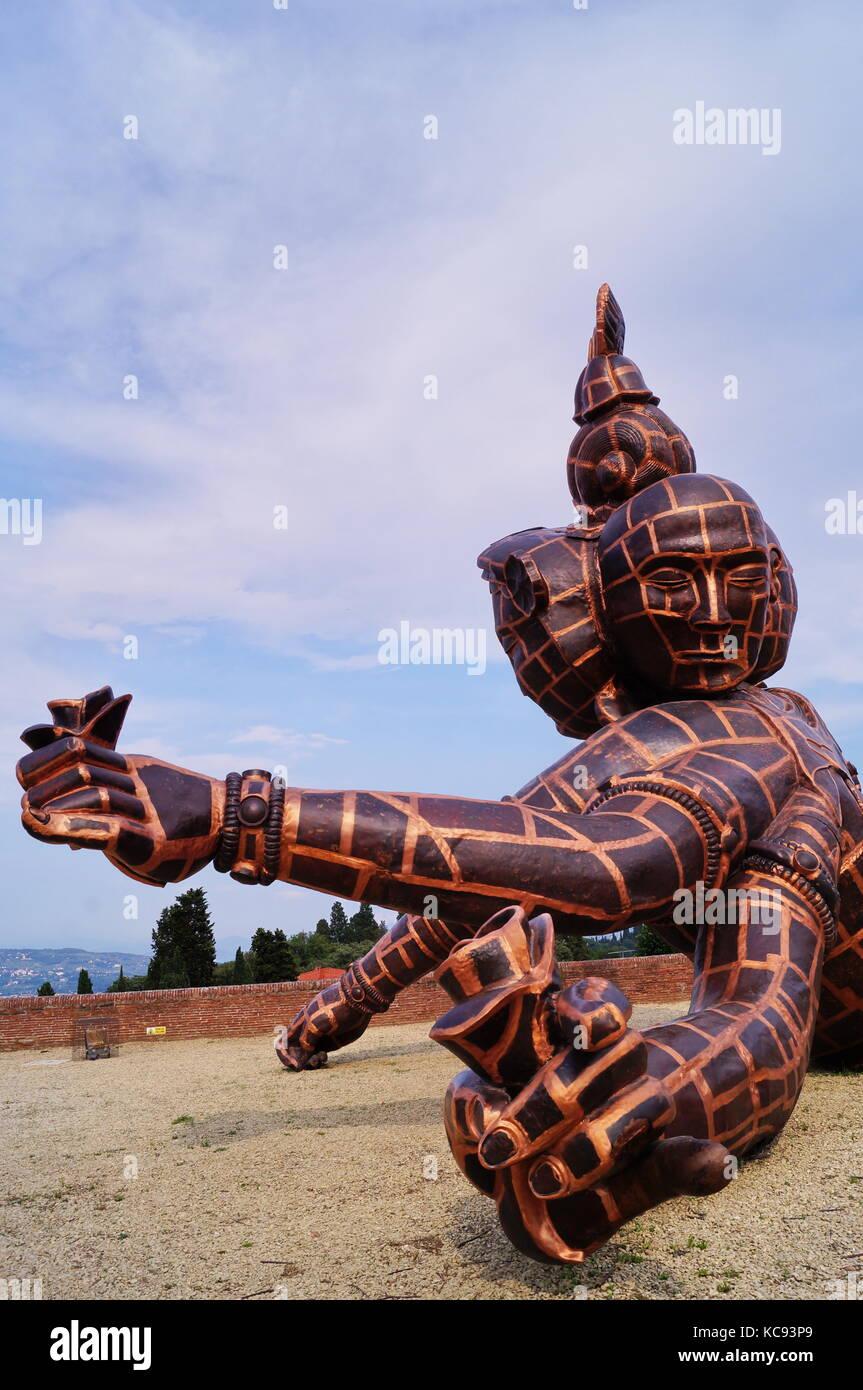 Die Skulptur mit dem Titel drei Köpfe, sechs Arme des chinesischen Künstlers Zhang Huan in Forte di Belvedere Florenz Stockfoto