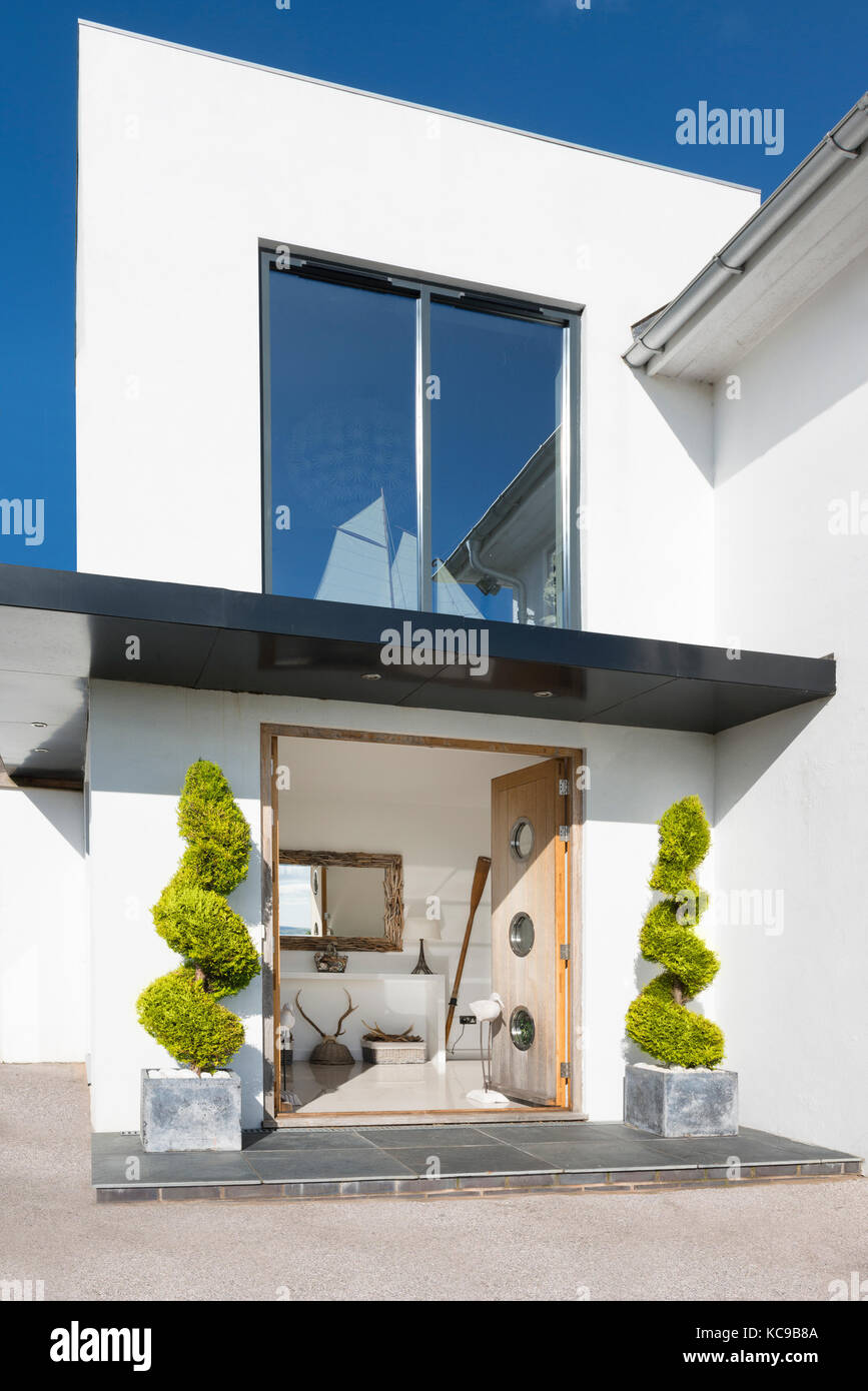 Stilvolle Architektonische Eingang Zu Modernen Haus Am Meer Mit Doppeltüren  öffnen Nach Innen Freilegen Der Flur. Modell Yacht Im Oberen Fenster.
