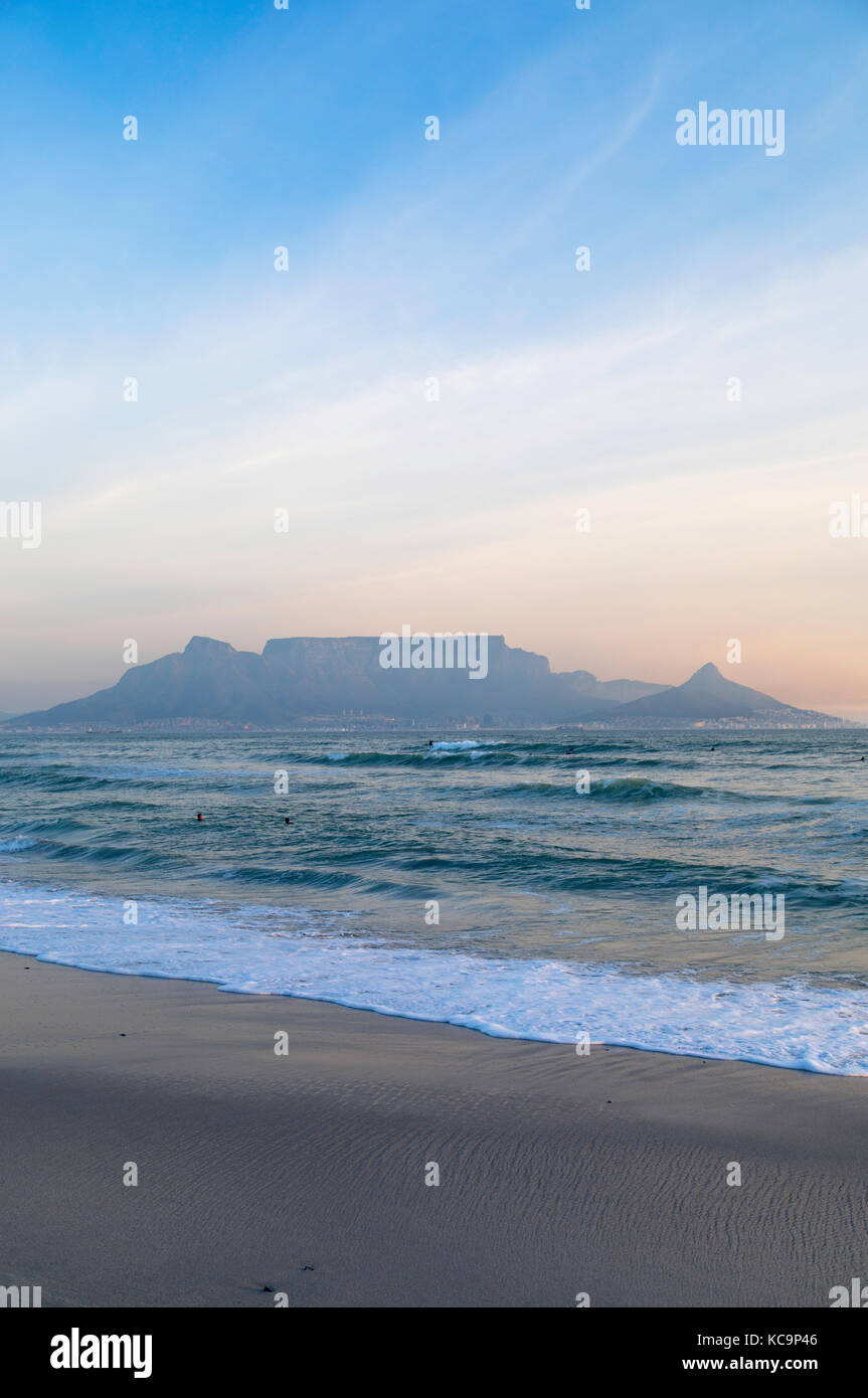 Blick auf den Tafelberg von Bloubergstrand, Kapstadt, Western Cape, Südafrika Stockbild