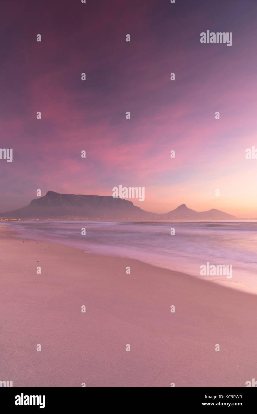 Blick auf den Tafelberg von Kapstadt Strand bei Sonnenuntergang, Cape Town, Western Cape, Südafrika Stockbild