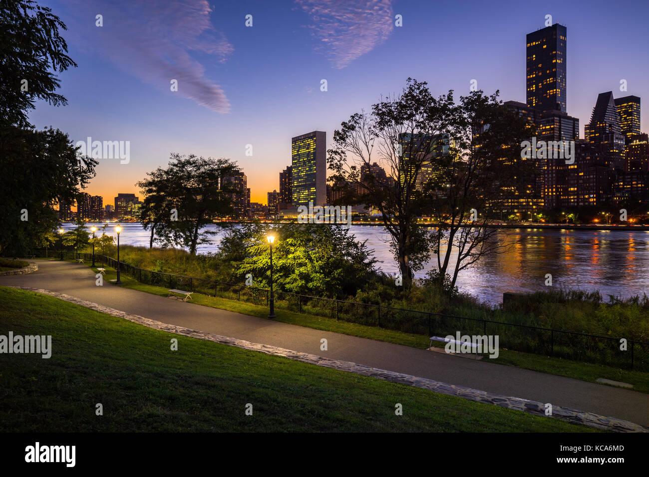 Sommer Abend Blick auf Manhattan Midtown East von Roosevelt Island mit dem East River. New York City Stockfoto