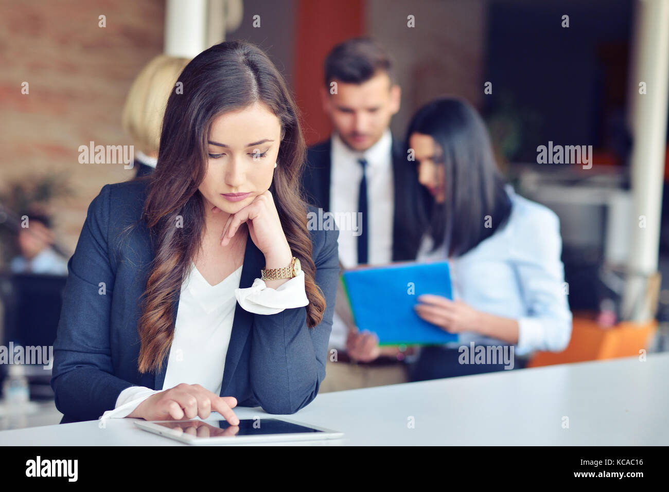 Schöne Brünette mit Notebook im Cafe Stockbild