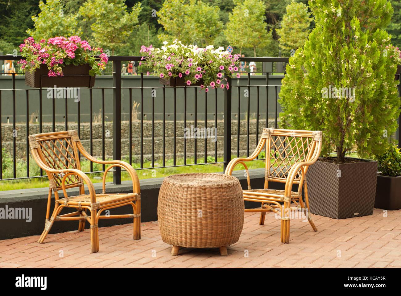 Rattan Gartenmöbel 2 Stühle Und Ein Runder Tisch Stehen Auf Der
