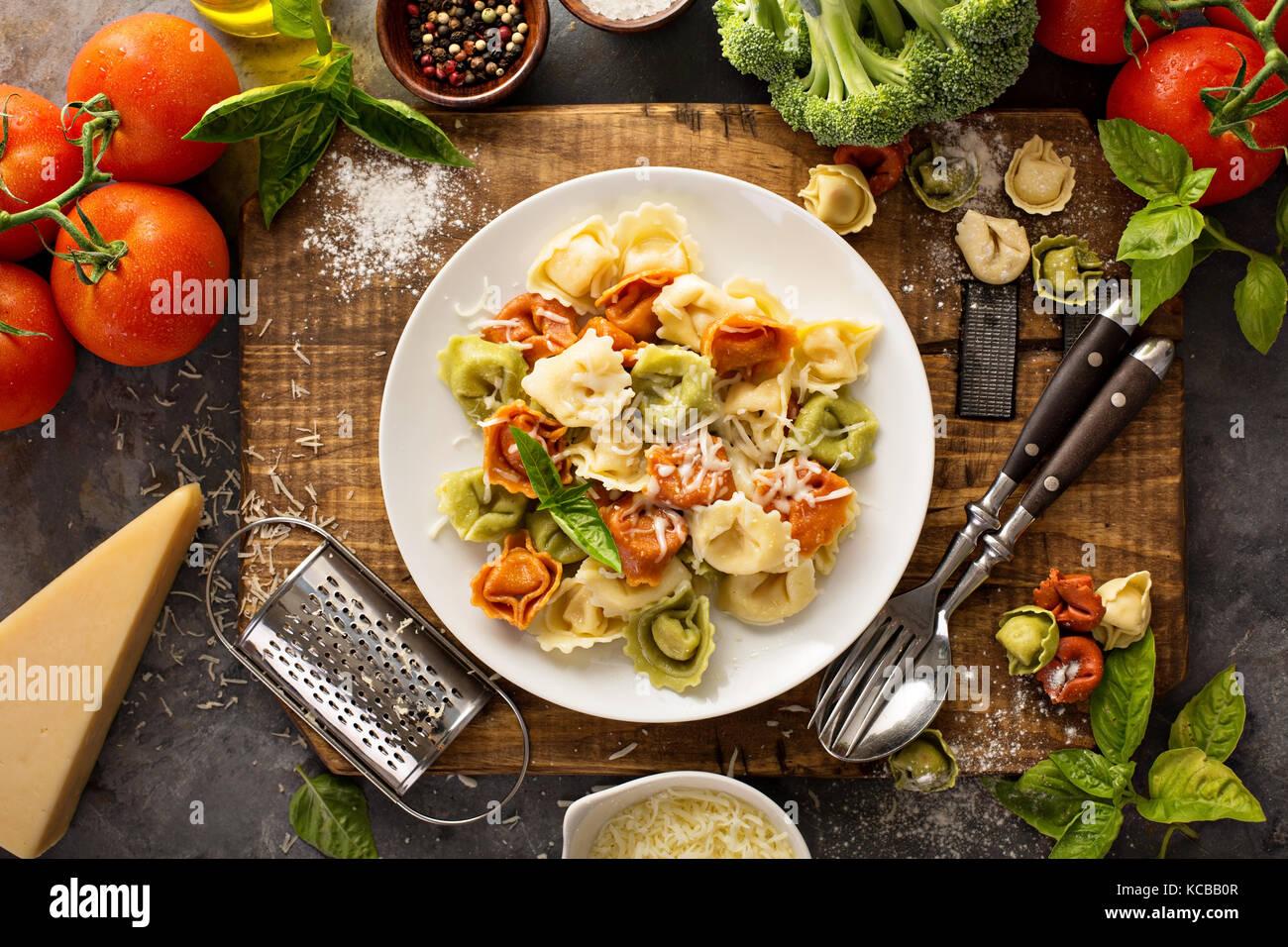 Rot, weiß und grün Tortellini mit Gemüse und Käse Stockbild