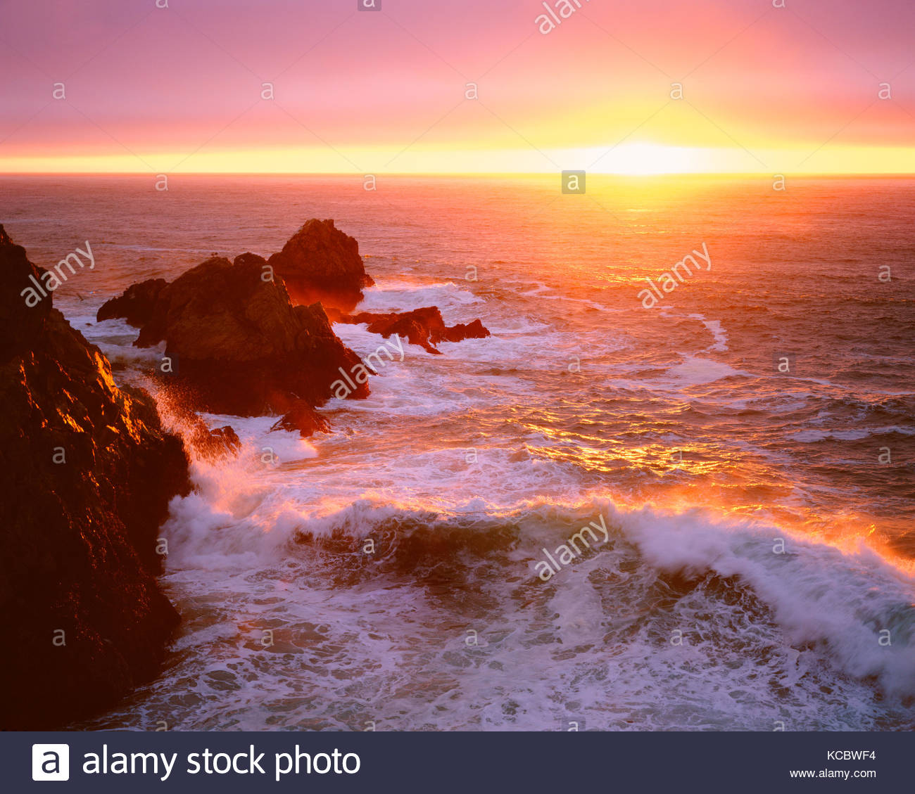 Sonnenuntergang an der Küste und Wave, Phillip Burton Wüste, Point Reyes National Seashore, Kalifornien Stockbild