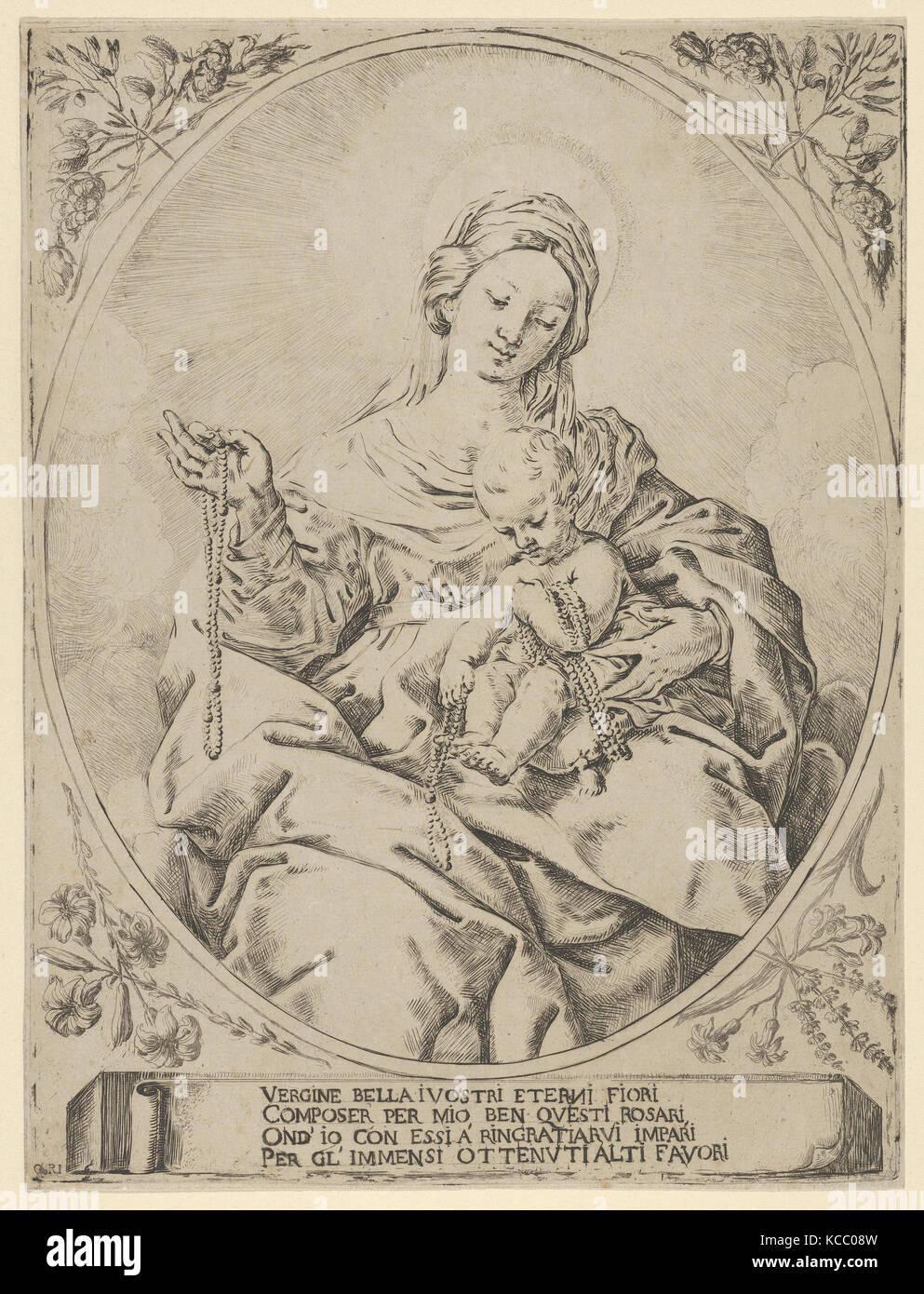 Die Jungfrau sitzt mit einem Rosenkranz in ihrer rechten Hand, das ...