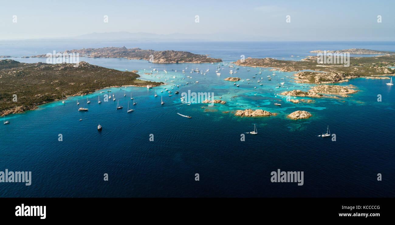 Luftaufnahme von Segelyachten in der Nähe von Inseln zwischen Sardinien und Korsika Stockbild