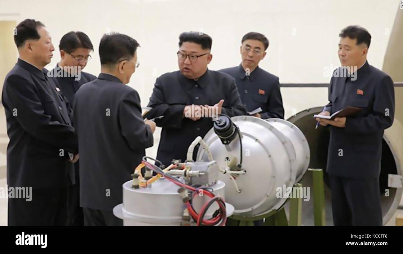 Kim Jong-un-Führer von Nordkorea prüft, was behauptet wird, eine Wasserstoffbombe in der Lage zu einer Stockbild