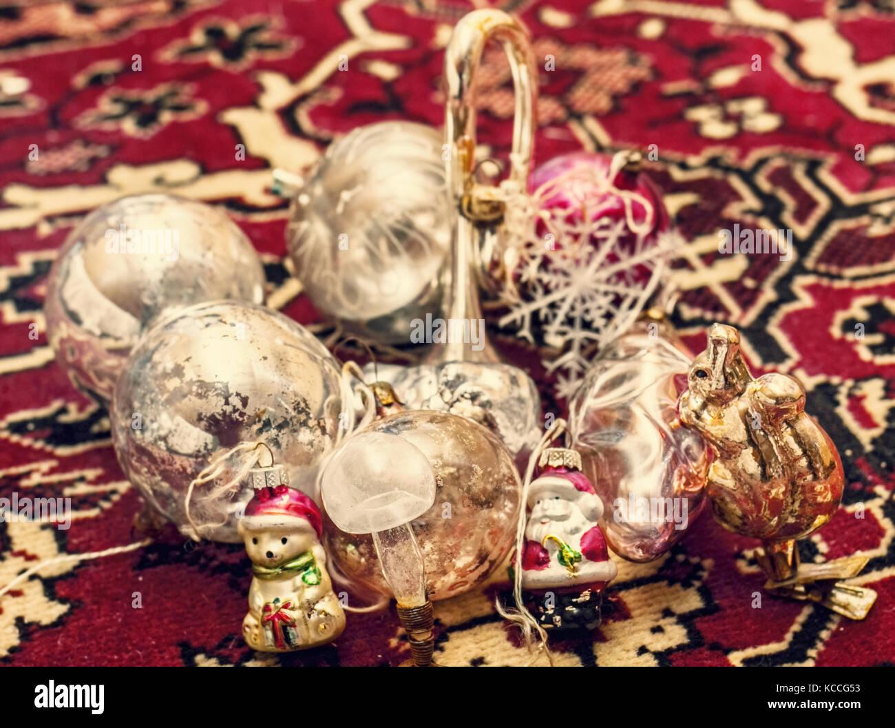 Ziemlich alt Weihnachten Spielzeug auf dem roten Teppich Stockbild