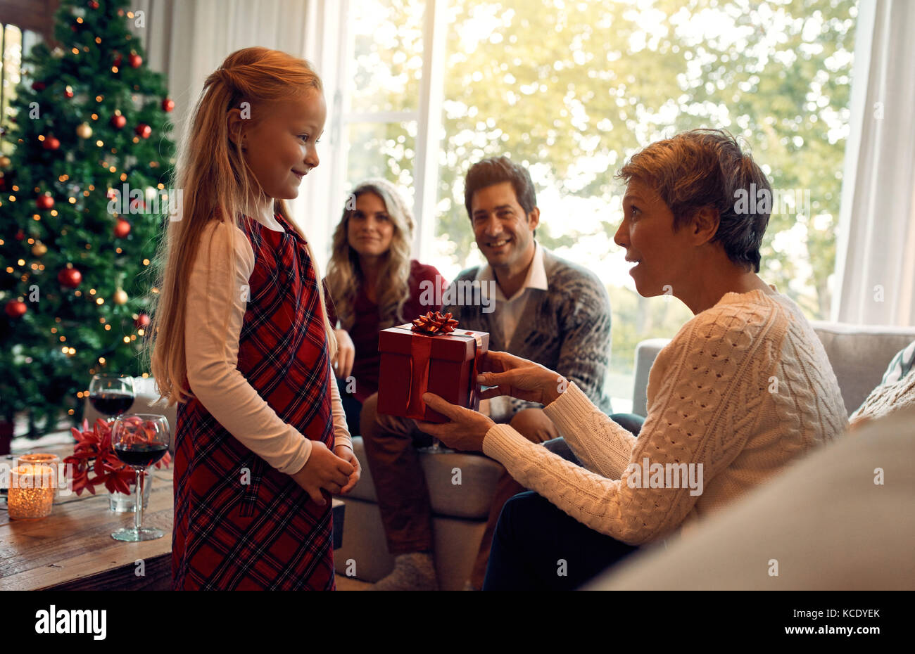 Großmutter, Weihnachten Geschenk für kleine Mädchen. Familie im ...