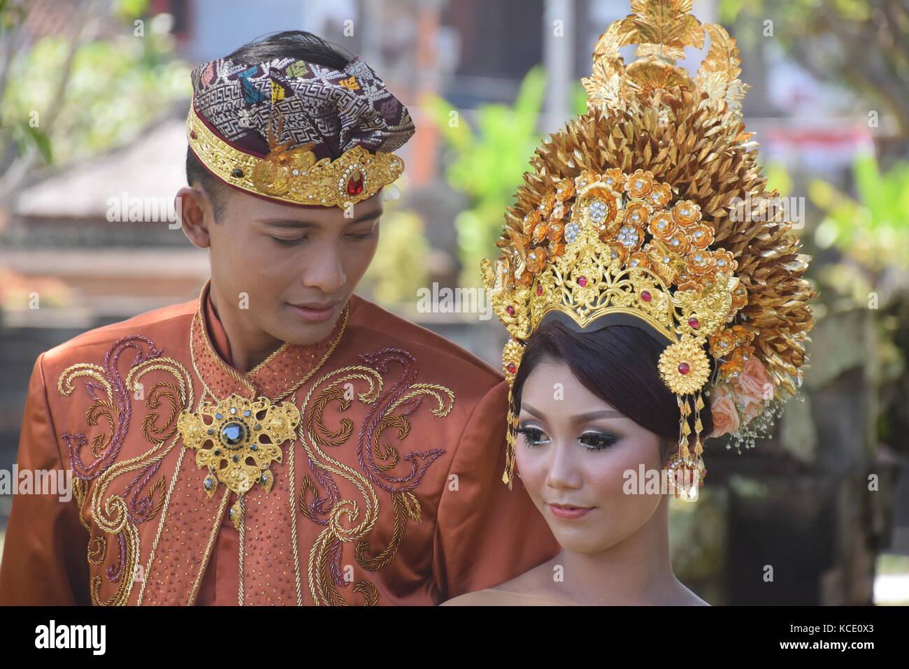 Balinesisches Paar in traditioneller Kleidung Fotos Hochzeit in ...