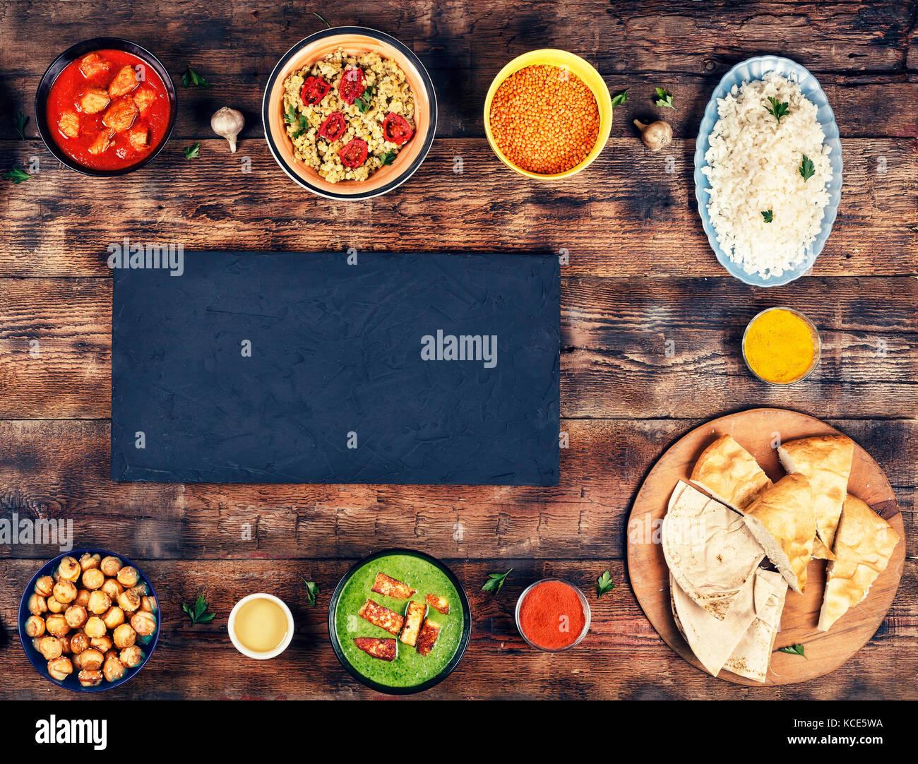 Sortierte indisches Essen auf hölzernen Hintergrund. Gerichte und ...