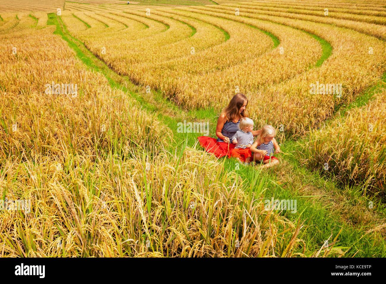 Glücklich, Mutter, Tochter, Sohn gehen Sie mit Spaß in Terrasse Plantage mit Reisanbau. schöne Aussicht Stockbild