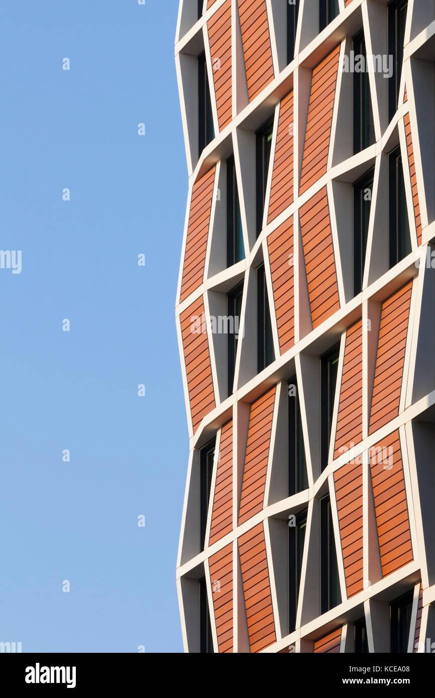 Muster aus den Fenstern gebildet und Verkleidungen auf der Fassade ...