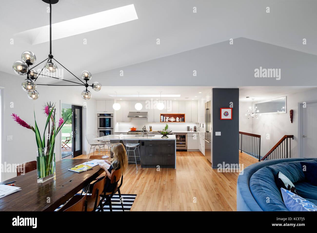 Das Wohnzimmer mit Essbereich und offener Küche. Bruning ...