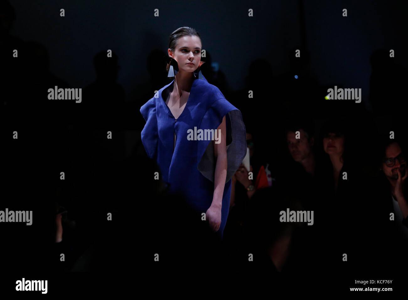 Santiago, Chile. 05 Okt, 2017. Ein model präsentiert eine Kreation von Sisa' neue Kollektion während Stockbild