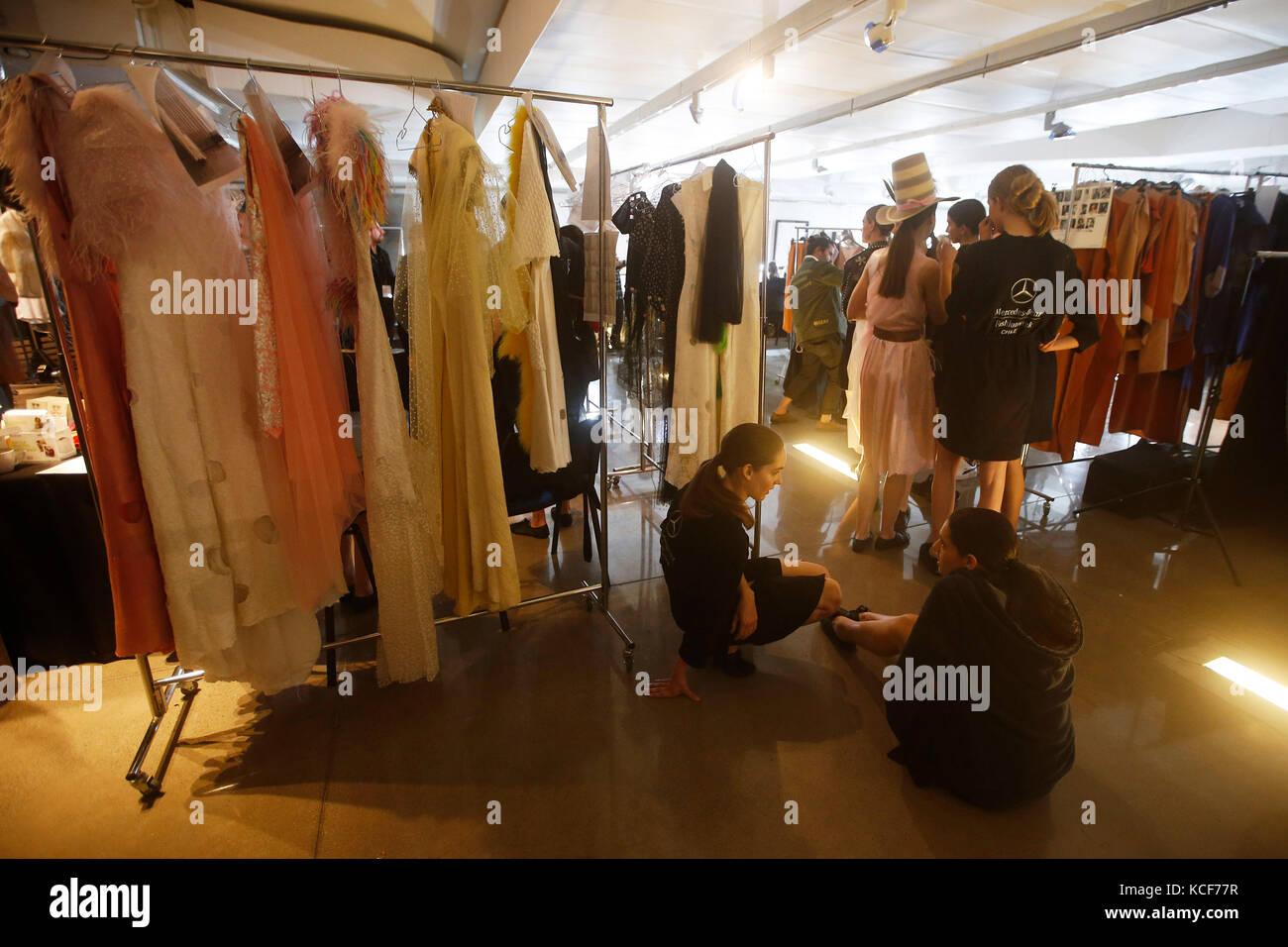 Santiago, Chile. 05 Okt, 2017. einer Gruppe von Modellen bereitet vor einer Fashion Show während der dritten Stockbild