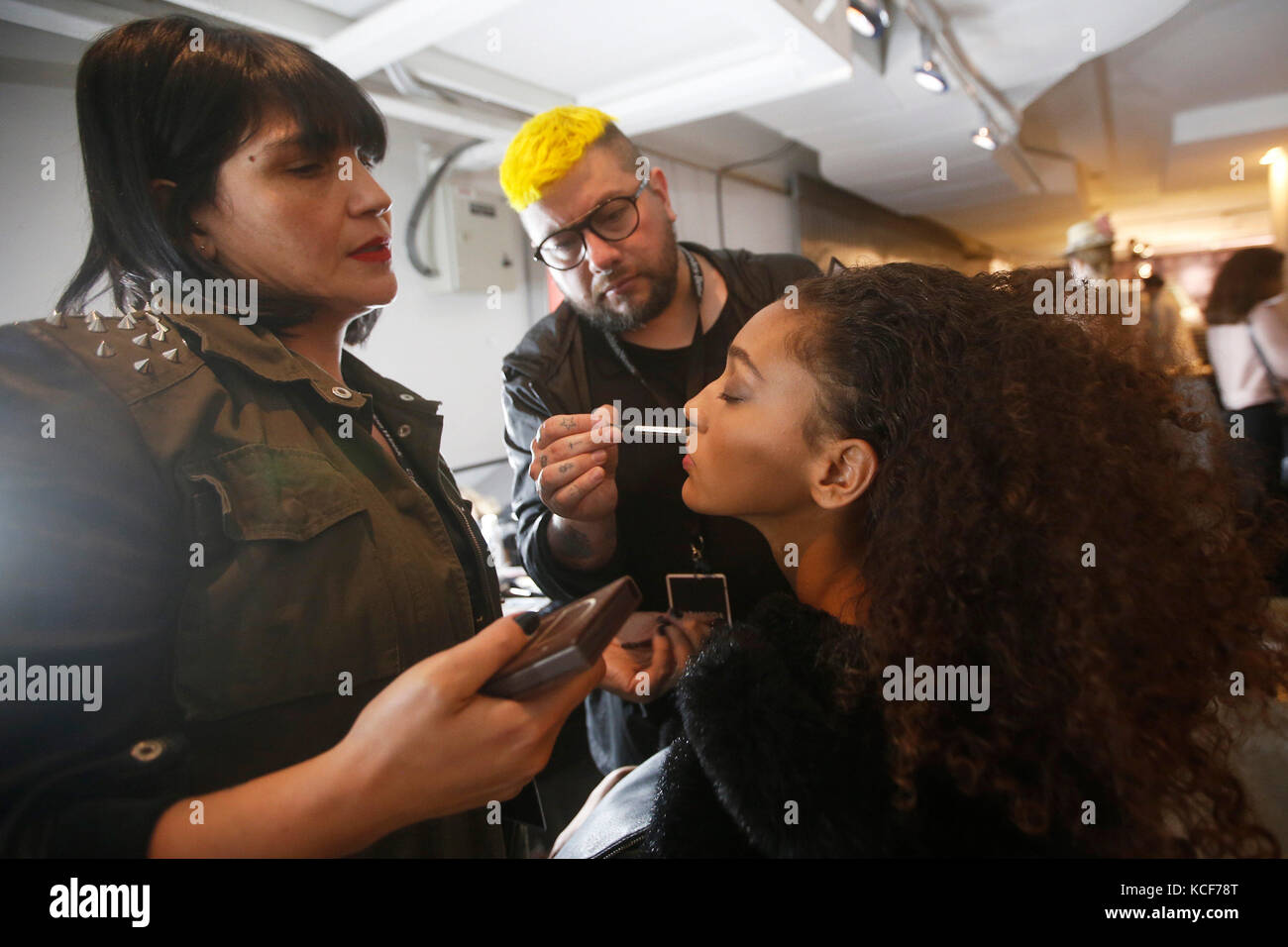 Santiago, Chile. 05 Okt, 2017. Make-up Künstler ein Modell vor einer Fashion Show vorbereiten, während Stockbild