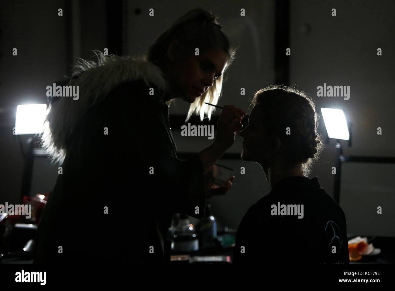 Santiago, Chile. 05 Okt, 2017. Make-up Artist bereitet ein Modell vor einer Fashion Show während der dritten Stockbild