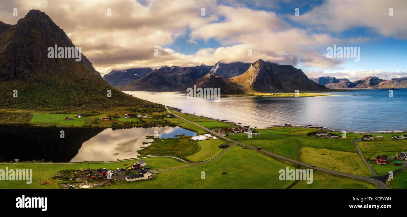 Malerische Straße entlang der Küste und den Bergen auf Lofoten Stockbild