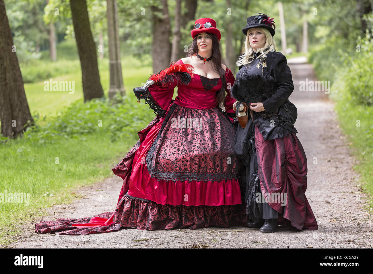 zwei steampunk damen im viktorianischen kleid stockfoto. Black Bedroom Furniture Sets. Home Design Ideas