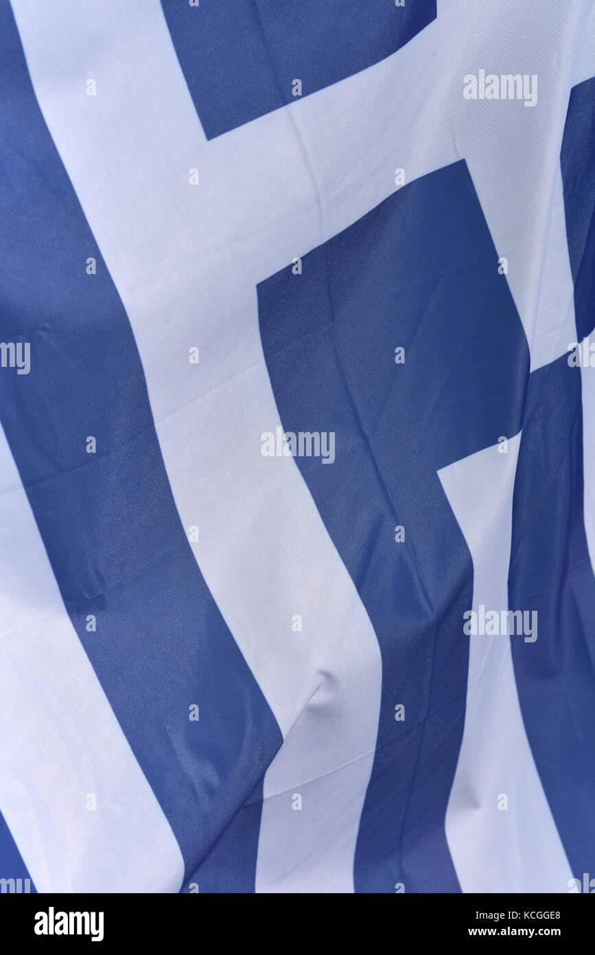 Die griechische Fahne oder Flagge Griechenland mit einer blau-weissen Design mit Streifen fliegen in der Luft. patriotische Stockbild