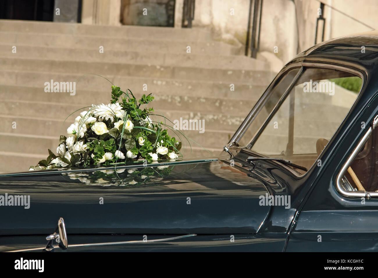 Hochzeit Blumen Auf Retro Auto Vor Der Kirche Gebaude Geparkt