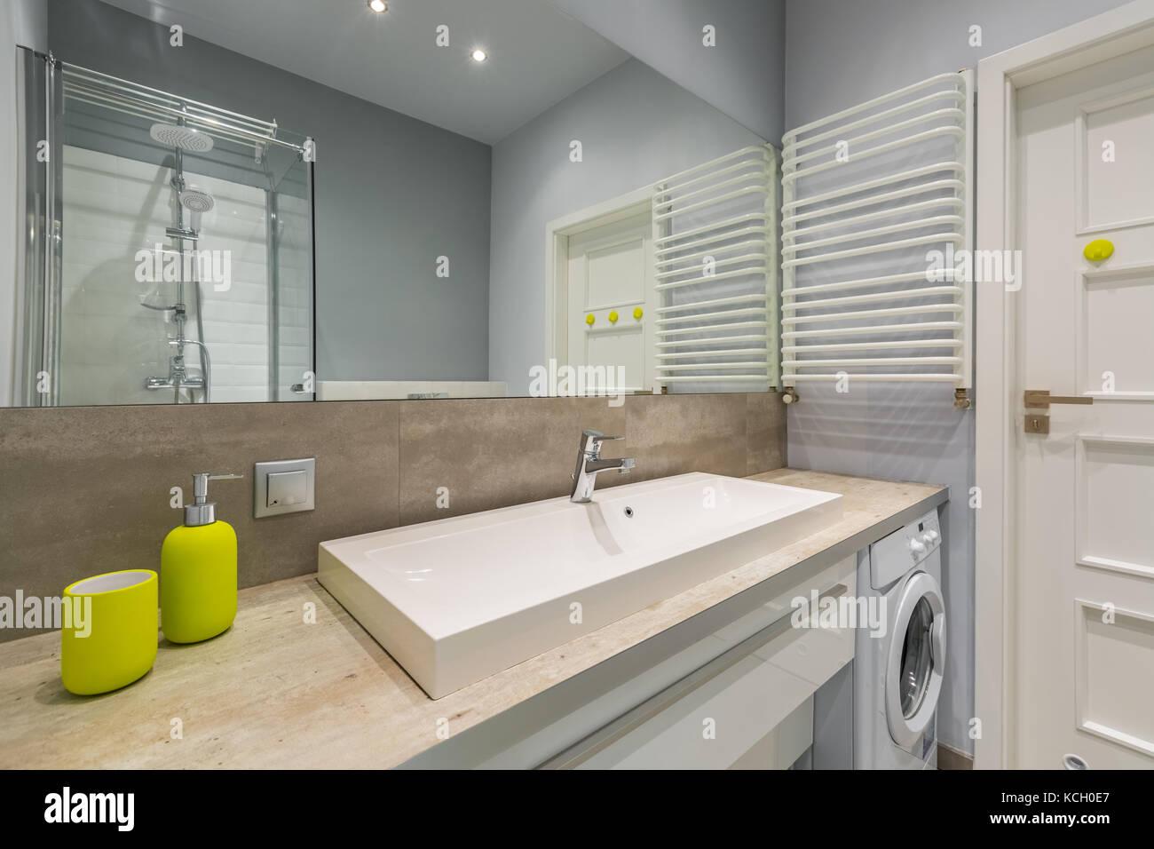Schönes Badezimmer mit großem Spiegel, Dusche und ...