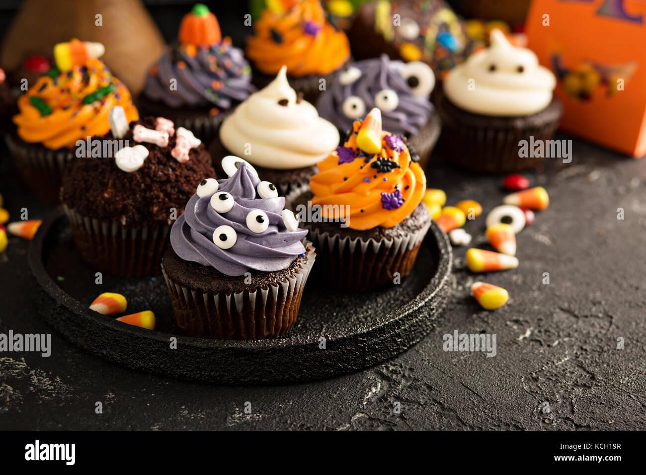 Festliche Halloween Cupcakes und behandelt Stockbild