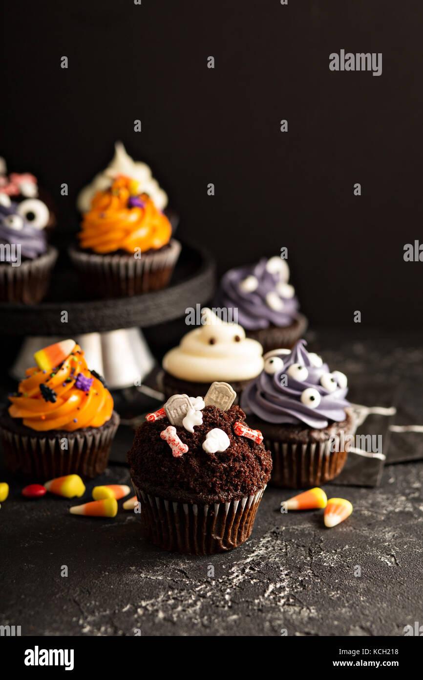 Festliche Halloween Cupcakes und behandelt Stockfoto