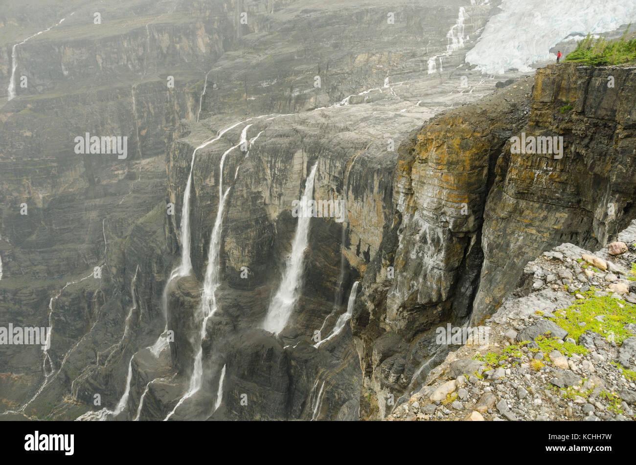 Mit Blick auf eine massive Schlucht am Eisfall Traverse, BC Rockies Stockbild