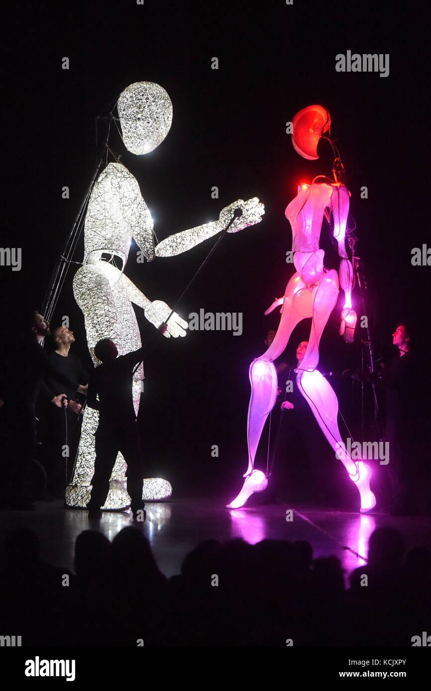 Ostrava, tschechische Republik. 05 Okt, 2017. Riesige Beleuchtung Marionetten der dundu Theater während der Stockbild