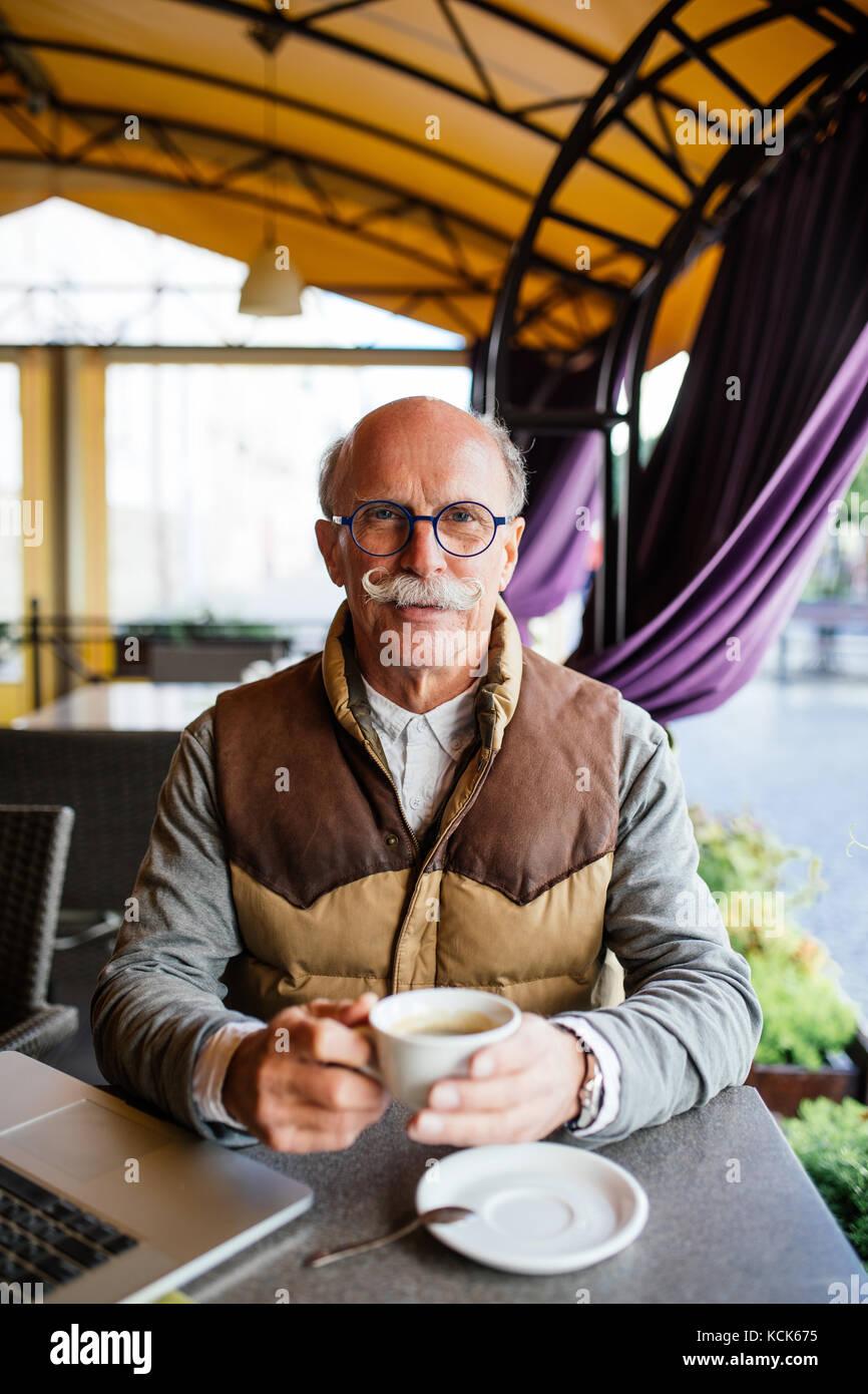 Ältere Mann in ein Espresso auf der Terrasse Stockfoto