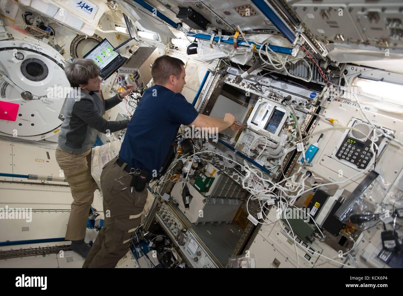 Die NASA ISS Expedition 51 prime Besatzungsmitglieder amerikanische Astronauten Peggy Whitson (links) und jack Fischer arbeiten im Inneren das japanische Labor Kibo Modul am 1. August 2017 in der Erdumlaufbahn. (Foto: Nasa Foto über planetpix) Stockfoto