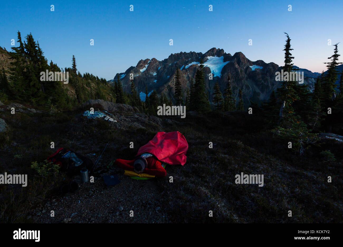 Ein einsamer Wanderer sieht bis zu den septimus/Rousseau massiv und es hängenden Gletscher beim Camping Übernachtung Stockbild