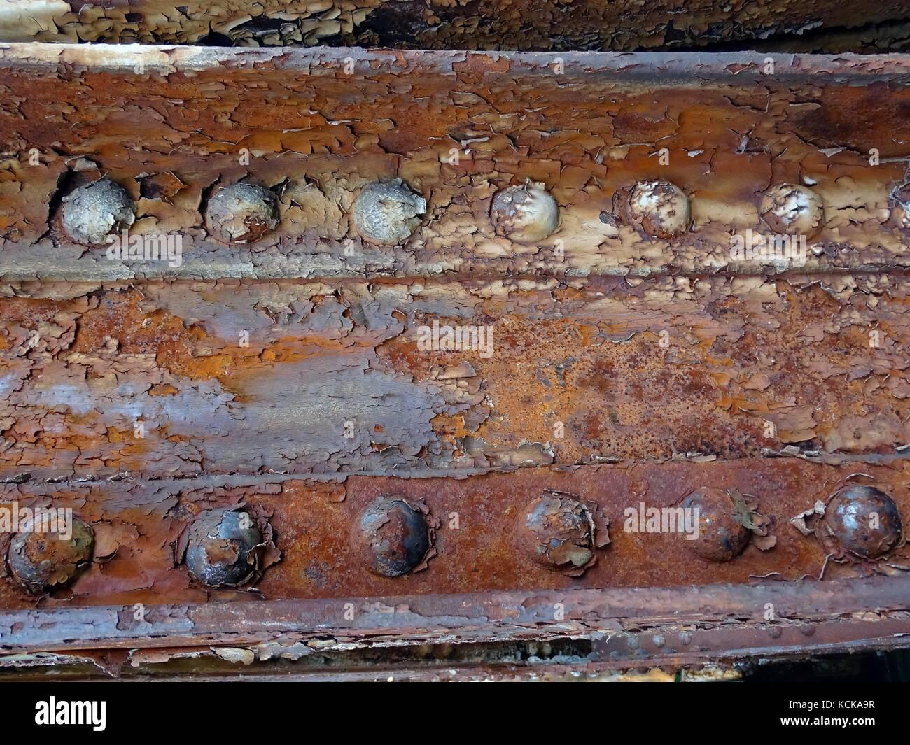 Eine Nahaufnahme von einem rostigen Stahl genietete Träger Stockbild