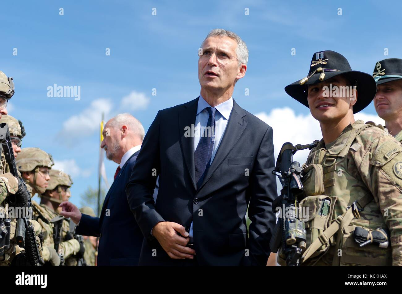 Nato-Generalsekretär Jens Stoltenberg visits us-amerikanische und britische Soldaten zur Unterstützung Stockbild