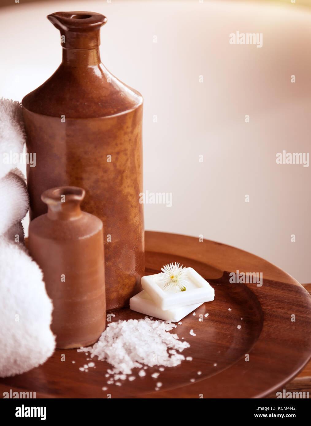 schones badezimmer, schönes badezimmer noch leben, zwei braune keramik flaschen auf dem, Design ideen