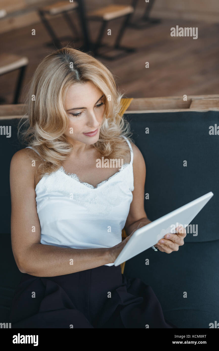 Frau mit digital-Tablette Stockbild