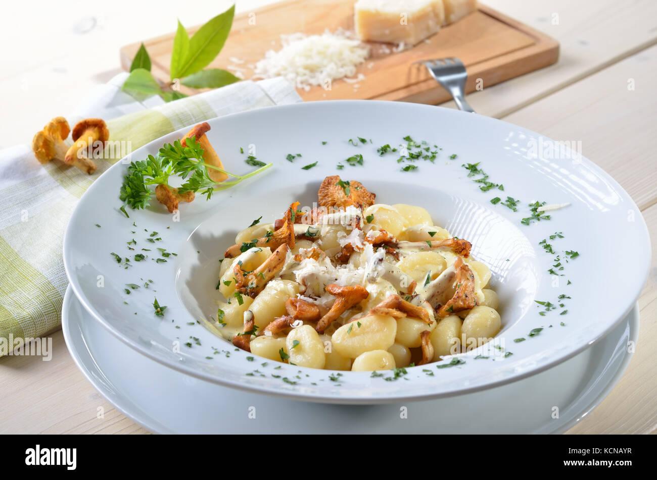 Italienische Gnocchi mit gebratenen Pfifferlingen, Soße und Parmesan Stockbild