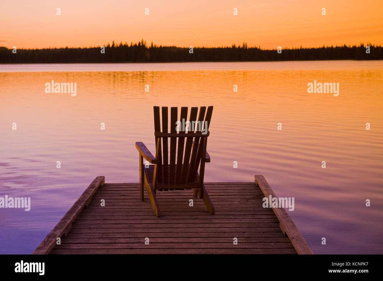 Muskoka Chair auf Dock, schöner See, Duck Mountain Provincial Park, Manitoba, Kanada Stockbild