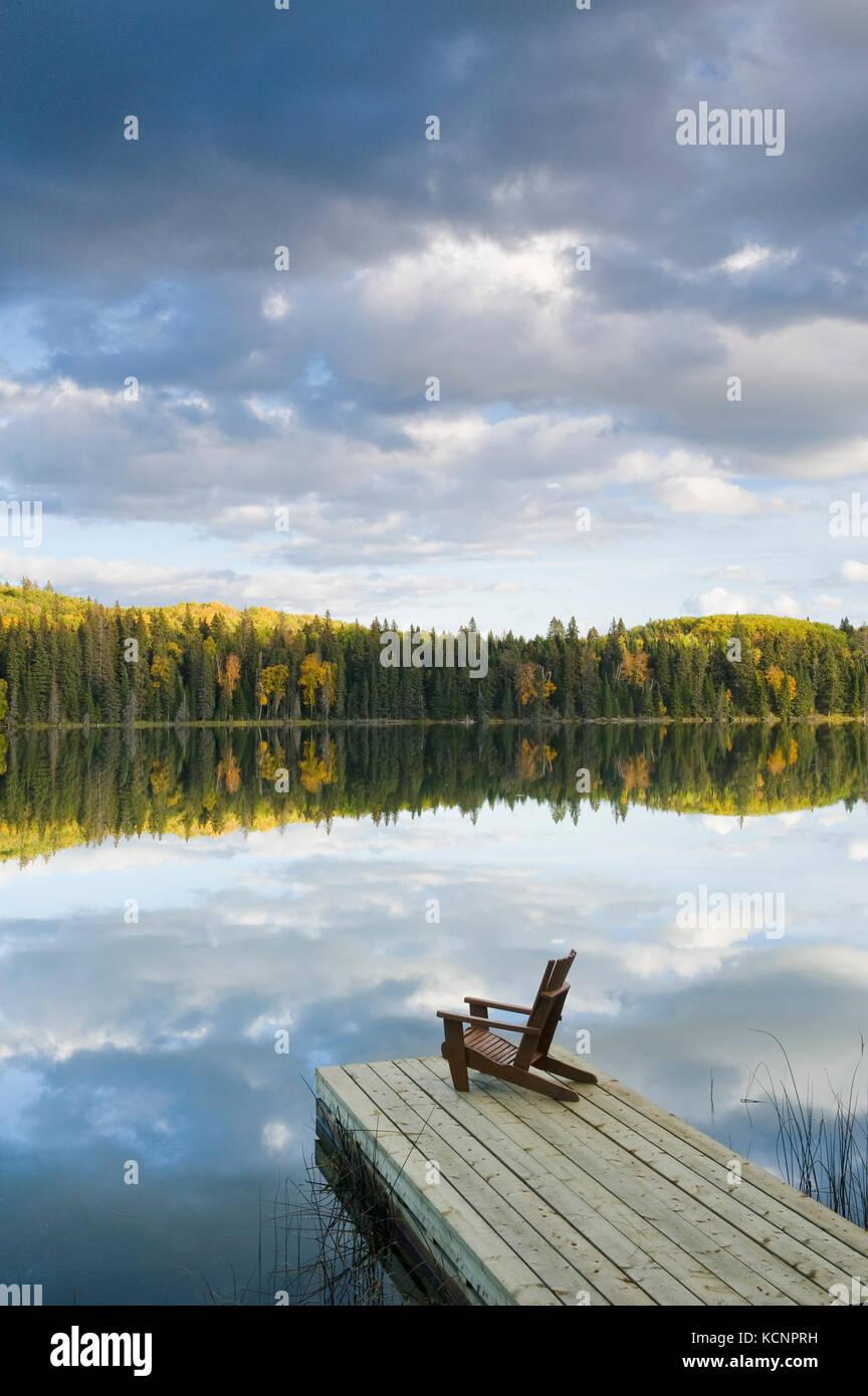 Muskoka Chair auf Dock, Spray See, Duck Mountain Provincial Park, Manitoba, Kanada Stockbild