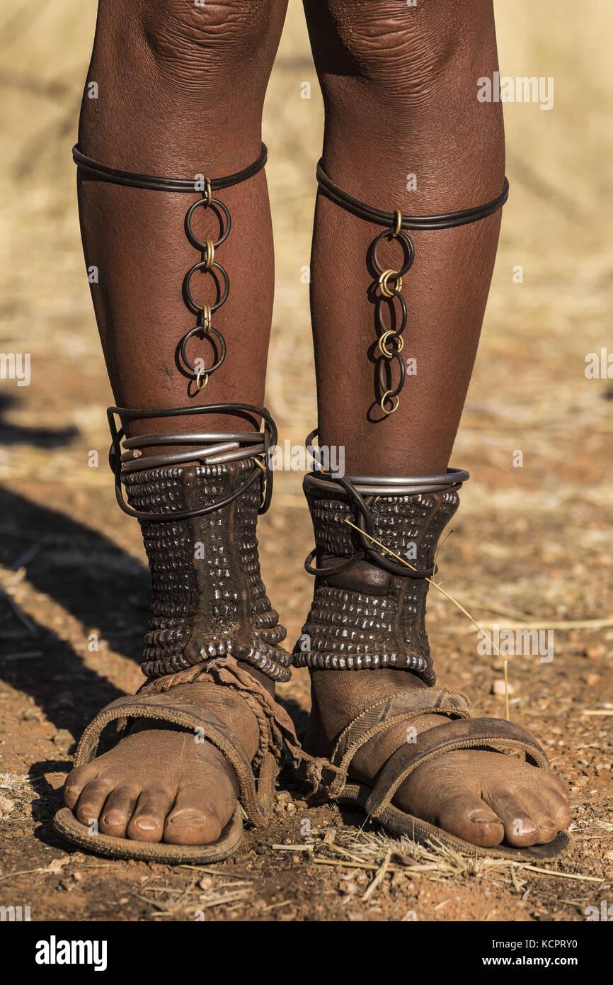 Angola. Juli 2016. Die erwachsenen Himba Frauen haben alle geknöchelte Omohanga genannt, wo sie ihr Geld verstecken. Die Fußknöchel sind auch praktisch als Schutz gegen giftige Tierbisse. Kredit: Tariq Zaidi/ZUMA Wire/Alamy Live News Stockfoto
